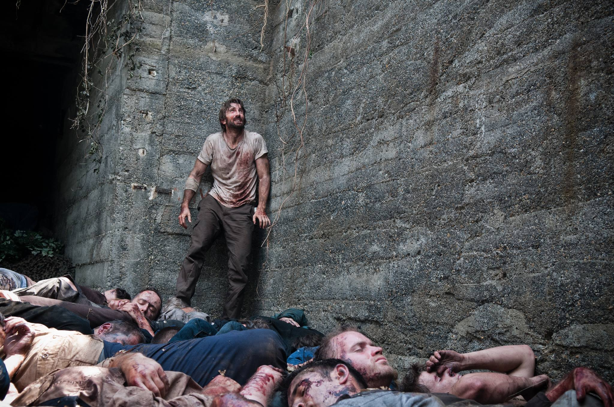 """Sharlto Copley wacht in einem Loch voller Leichen auf: Neuer Trailer zum Horrorstreifen """"Open Grave"""""""