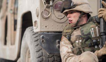 """Erster Trailer zum Netflix Film """"Sand Castle"""": Nicholas Hoult im neuen Kriegsdrama"""