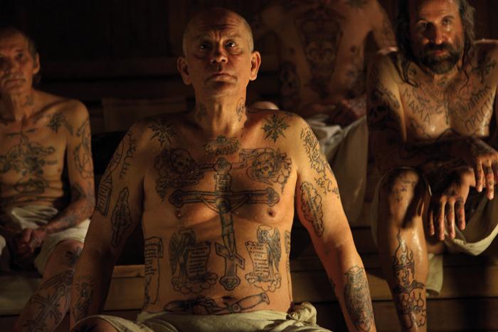 """John Malkovich hat einen Ganzkörper-Tattoo: Erster deutscher Trailer zur Buch-Verfilmung """"Sibirische Erziehung"""""""