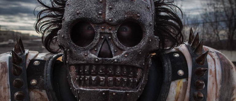 "Filmkritik zu ""Turbo Kid"": Blutige Retro-Action mit Mad Max-Feeling im 1980er-Stil"