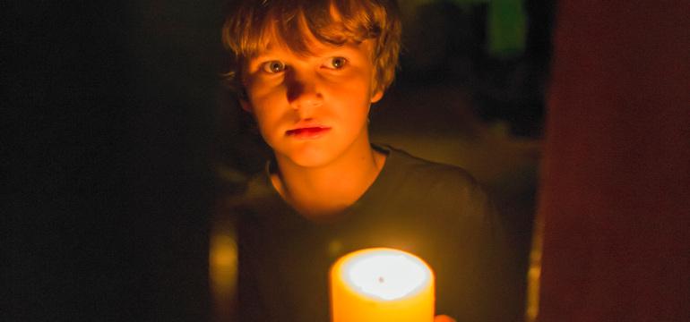 """Horror sobald das Licht erlischt – im ersten deutschen Trailer zu """"Lights Out"""""""