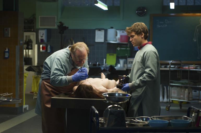 """Filmkritik zu """"The Autopsy of Jane Doe"""": Ein grausamer Fund für Pathologen Brian Cox und Emile Hirsch"""